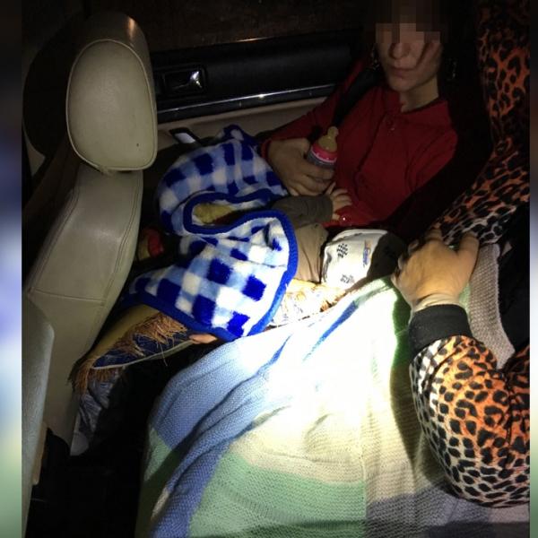 Doi minori ascunşi de părinți printre bagaje, pentru a fi scoși din ţară
