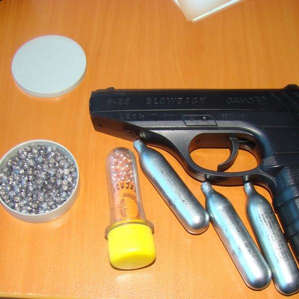 Pistol şi muniţie neletale, depistate la controlul de frontieră