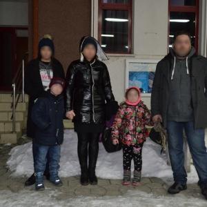 O familie de georgieni care a trecut Prutul înghețat, depistată de polițiștii de frontieră ieșeni