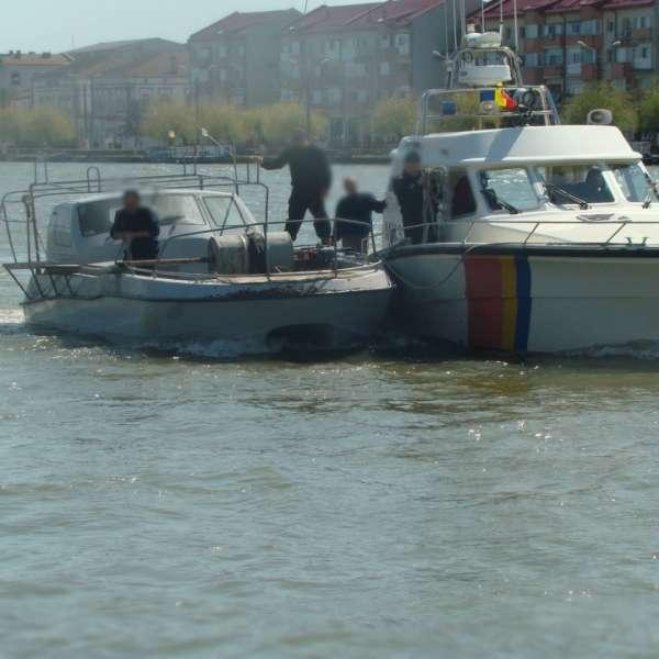 Ambarcaţiune ucraineană surprinsă la braconat în Marea Neagră de nava Poliţiei de Frontieră MAI 2110