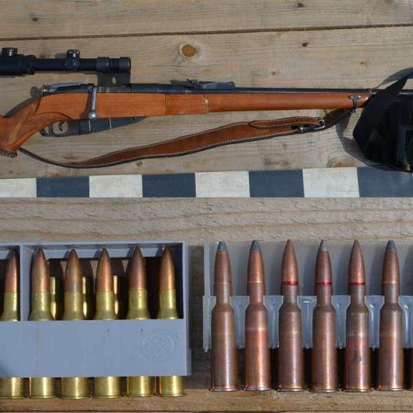Carabina și cartușe descoperite de polițiștii de frontieră suceveni,  la Cârlibaba