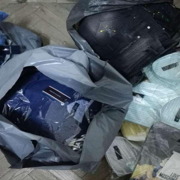 Zeci de articole de îmbrăcăminte susceptibile a fi contrafăcute, confiscate în P.T.F. Vama Veche