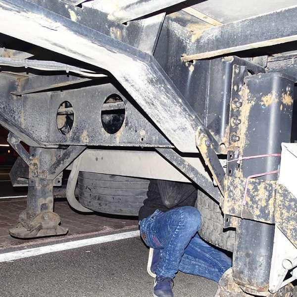 Doi cetățeni sirieni ascunși sub un camion, descoperiți la  P.T.F. Giurgiu