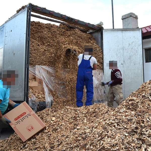 Peste 240.000 de pachete cu țigări, ascunse într-un TIR prin metoda capac