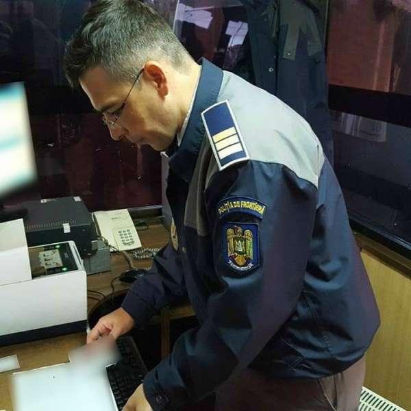 Carte de identitate falsă, ascunsă în borseta unui cetăţean moldovean