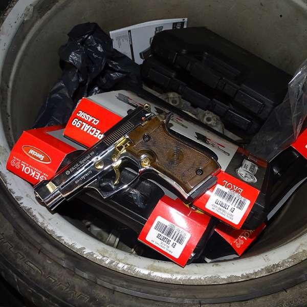 Arme cu aer comprimat ascunse într-un autoturism, descoperite la P.T.F. Giurgiu