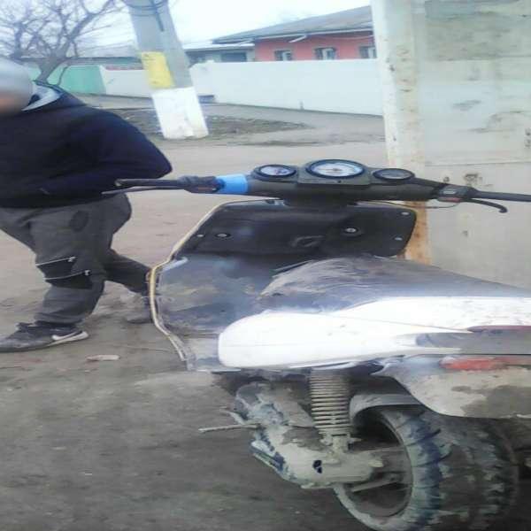 Moped neînregistrat, condus fără permis