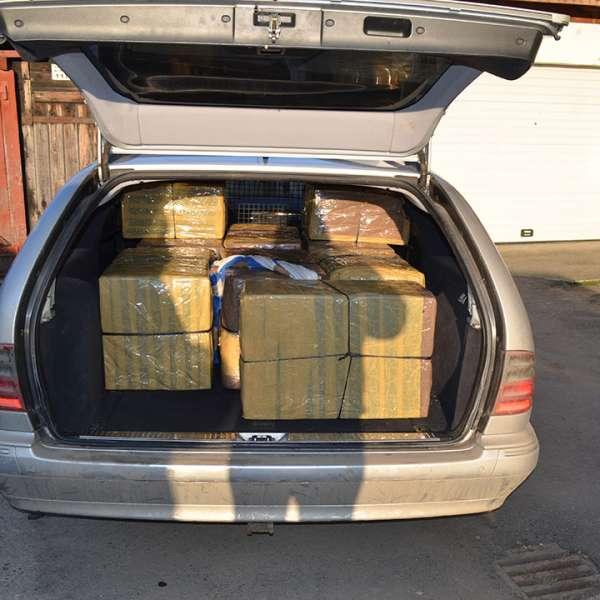 Țigări transportate cu un autoturism neînmatriculat, confiscate la frontiera de nord