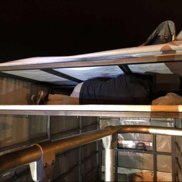 Şase persoane înghesuite într-un compartiment special amenajat al unei autoutilitare cu prelată, descoperite la Nădlac