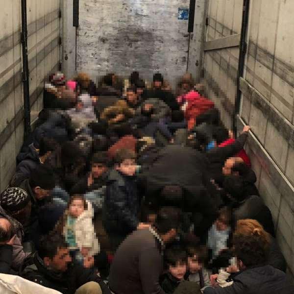 79 de persoane intenţionau să iasă ilegal din România,  ascunse în interiorul unui automarfar