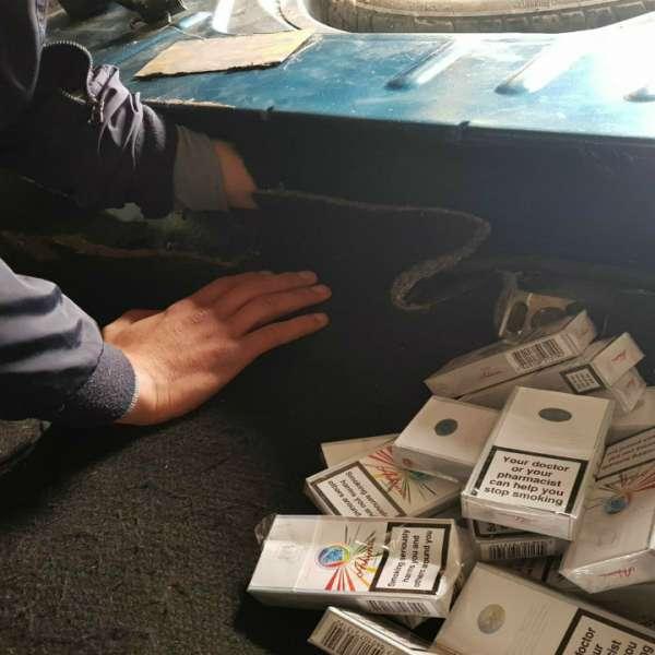Țigări de contrabandă descoperite sub bancheta din spate a unui autoturism