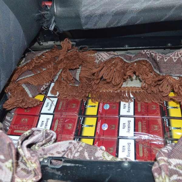 Zeci de mii de pachete cu ţigări de contrabandă, ascunse în tavanul şi pereţii unui microbuz