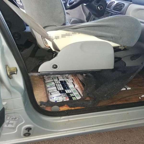 Țigări ascunse în podeaua unui autoturism, descoperite la P.T.F. Halmeu