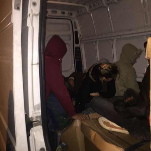 15 cetățeni irakieni intenţionau să iasă ilegal din România, ascunși în interiorul unei autoutilitare