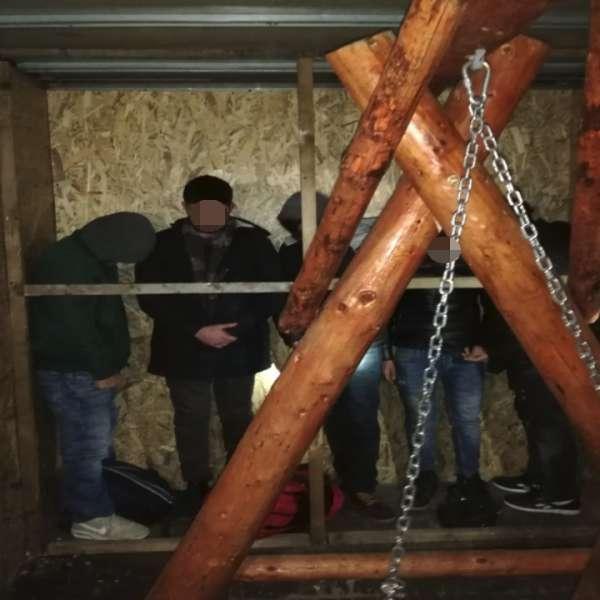 Cinci cetăţeni turci ascunși într-o autoutilitară, descoperiţi la P.T.F. Turnu