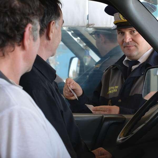 Minori ascunşi într-un autoturism, depistaţi la frontieră