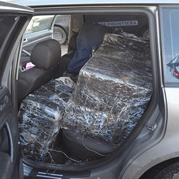 Doi cetățeni români cercetați pentru contrabandă și aproximativ 6.000 pachete cu țigări confiscate