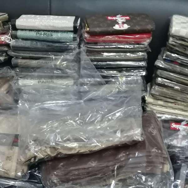 Textile, încălțăminte și parfumuri, susceptibile a fi contrafăcute,descoperite de polițiștii de frontieră giurgiuveni