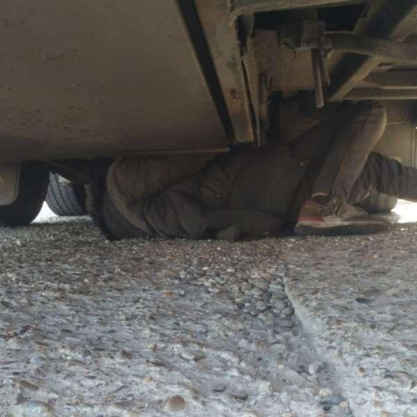 Doi cetățeni străini, ascunși sub un autocar,depistați în P.T.F. Oancea
