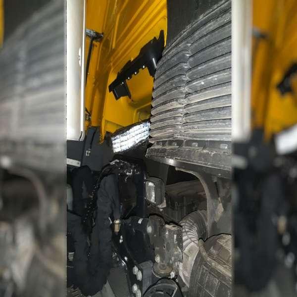 Ţigări de contrabandă ascunse în lada de scule şi la motorul unui camion