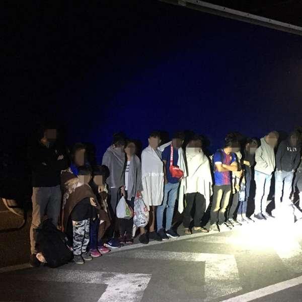 Douăzeci şi cinci de cetăţeni străini, descoperiți ascunşi într-un automarfar la P.T.F. Nădlac II