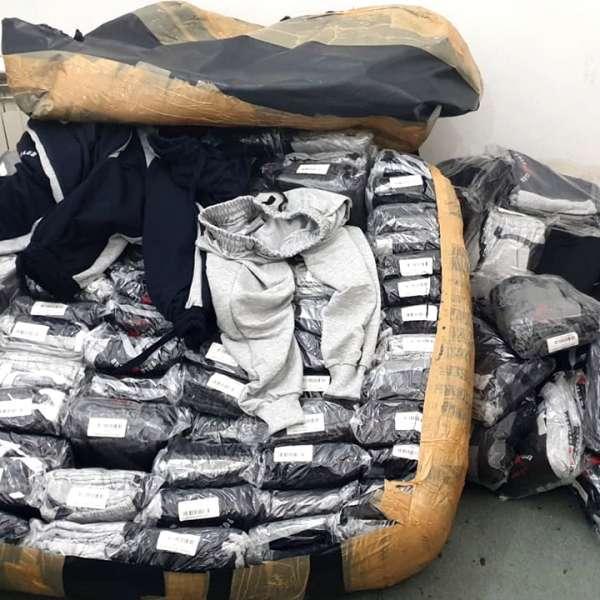 Încălțăminte, produse textile şi parfumuri, susceptibile a fi contrafăcute,descoperite de polițiștii de frontieră giurgiuveni