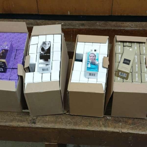 Zeci de parfumuri susceptibile a fi contrafăcute și  peste 240 grame bijuterii din metal galben și alb fără documente legale,  confiscate în P.T.F. Vama Veche