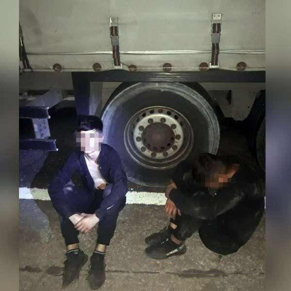 Doi irakieni, ascunși pe osia unei semiremorci, depistaţi la P.T.F. Giurgiu