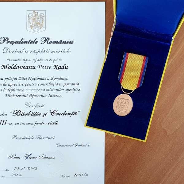 """Polițist de frontieră premiat cu medalia """"Bărbăție și Credință"""" de către Președintele României"""