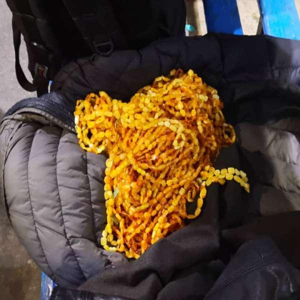 Chihlimbar sub formă de șiraguri de mărgele, ascuns în bagajele și pe corpul unui cetățean turc
