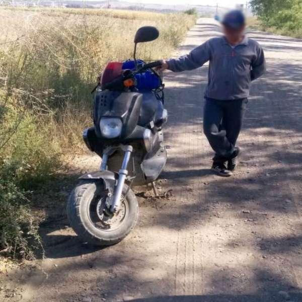 Depistat în trafic fără permis şi cu mopedul neînregistrat