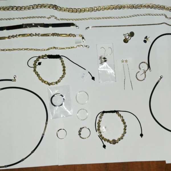 Aproximativ 120 grame bijuterii din metal galben, fără documente legale,confiscate de polițiștii de frontieră în P.T.F. Vama Veche