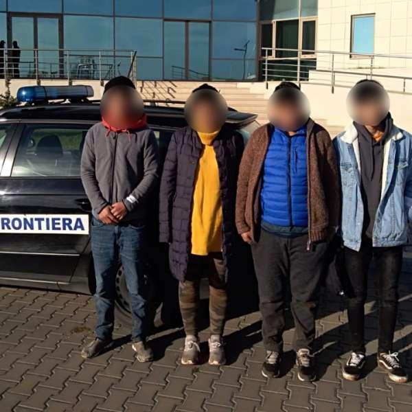 Patru cetățeni străini, depistați în timp ce încercau să treacă fraudulos frontiera