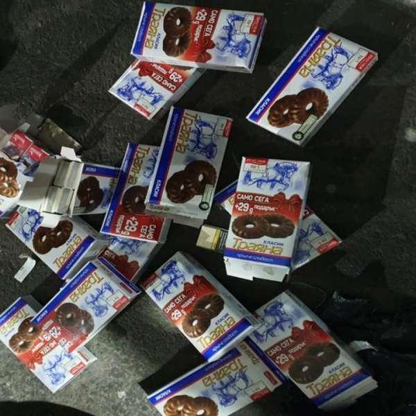 Ţigări ascunse în cutii de ciocolată, descoperite de poliţiştii de frontieră în P.T.F. Giurgiu