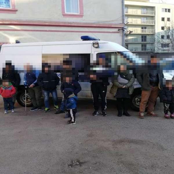 Cincisprezece cetățeni din Siria și Irak călăuziţi de un român, opriți din drumul ilegal spre vestul Europei