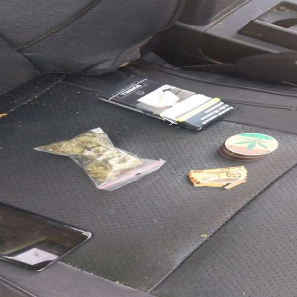 Marijuana descoperită în torpedoul unui autoturism  de către polițiștii de frontieră