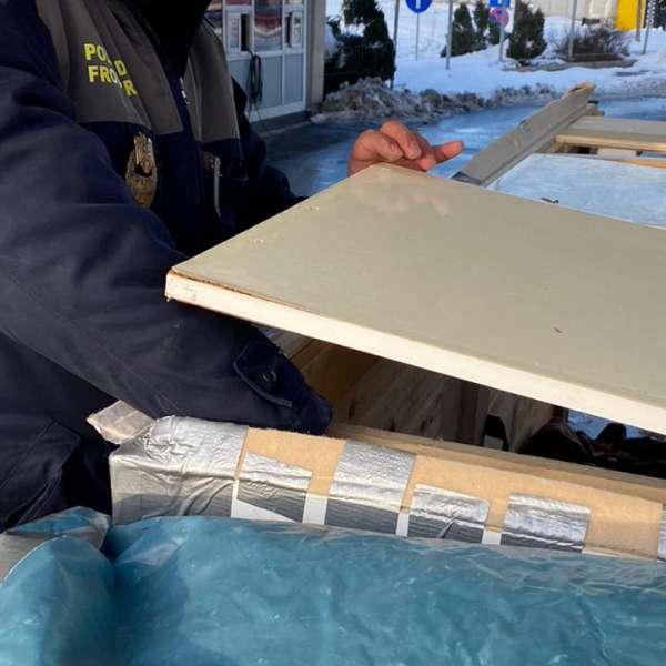 Ţigări ascunse într-un spațiu confecționat artizanal într-o remorcă, descoperite de poliţiştii de frontieră în P.T.F. Giurgiu
