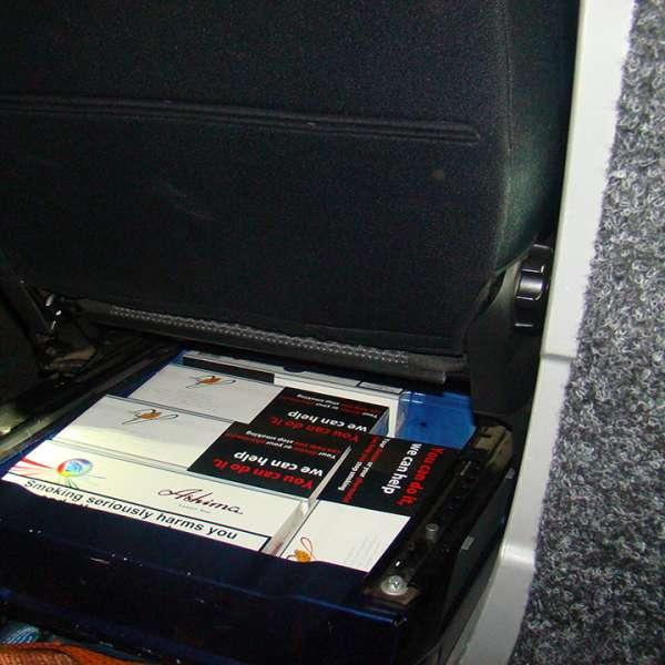 Aproximativ 1.000 de pachete cu țigări ascunse într-un microbuz, descoperite în P.T.F. Siret