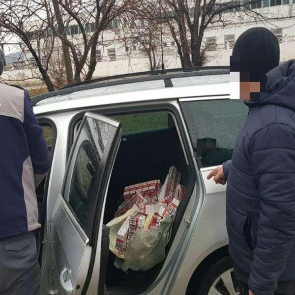 9.800 ţigarete de contrabandă, descoperite într-un autovehicul condus de un cetățean român