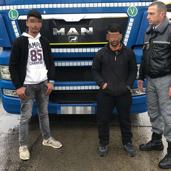 Doi afgani, ascunși printre piese auto, depistaţi la P.T.F. Giurgiu