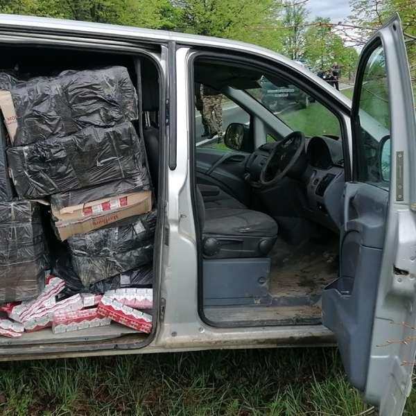 Aproximativ 30.000 pachete cu țigări descoperite la granița cu Ucraina