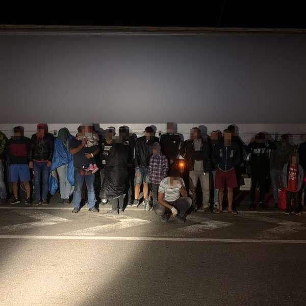Douăzeci și cinci de cetăţeni străini,depistaţi ascunşi într-un automarfar încărcat cu piese auto