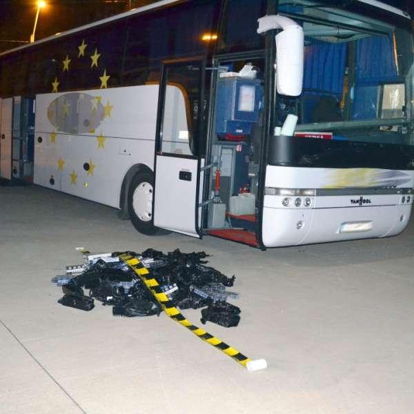 Țigări de contrabandă ascunse în echipamentul de sonorizare al unui autocar