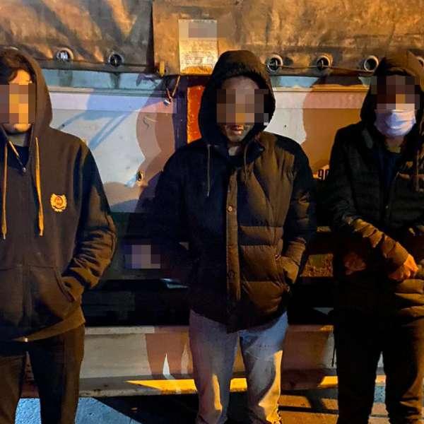 Afgani depistaţi ascunşi într-un autocamion cu profile metalice, laP.T.F. Giurgiu