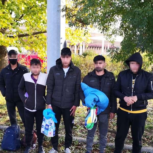 Cinci tineri afgani şi pakistanezi depistaţi ascunşi într-un automarfar  la P.T.F. Vărşand