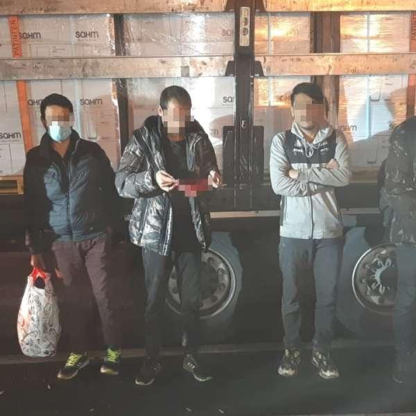 Zece cetăţeni din Afganistan, depistați ascunşi în două TIR-urila PTF Nădlac II