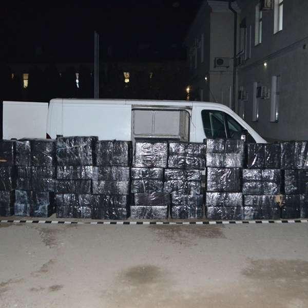 Microbuz încărcat cu 30.000 de pachete cu țigări,  descoperit de polițiștii de frontieră