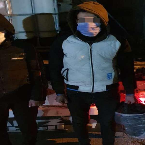 Doi cetățeni din Siria, descoperiți ascunși într-un autocamion încărcat cu adeziv, la P.T.F. Giurgiu