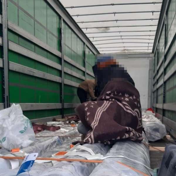 Douăzeci şi unu de cetăţeni străini care intenţionau să treacă ilegal frontiera, depistați de poliţiştii de frontieră din judeţul Arad