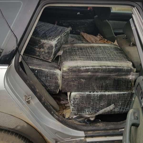 Autoturism burdușit cu ţigări de contrabandă, reținut cu focuri de armă